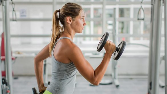 Woman exercicing in the gym